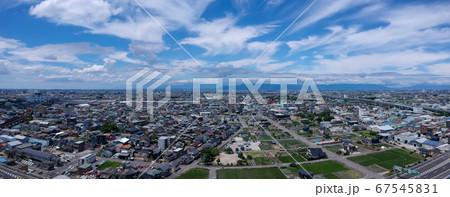 航空撮影した夏の日本の街のパノラマ風景 67545831