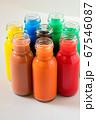 透明なガラス瓶に入れたカラフルな色水 67546087