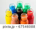 透明なガラス瓶に入れたカラフルな色水 67546088