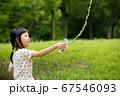 真夏の公園で水遊びをしている可愛い子供 67546093