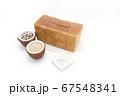 1ローフの食パンを囲む玄米と雑穀米とそば粉 67548341