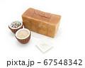 1ローフの食パンを囲む玄米と雑穀米とそば粉 67548342