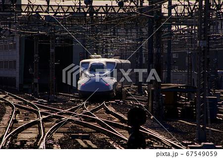 鉄道 新大阪駅を出る新幹線N700系 67549059