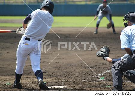 高校野球・力強いスイングで左中間を破る長打を打つ打者の写真素材 ...