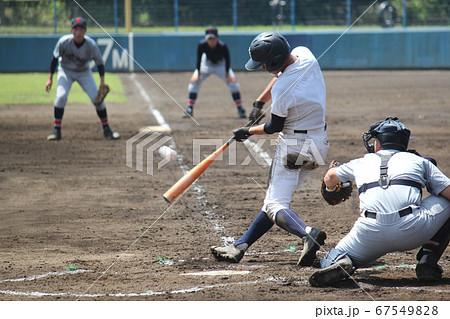 高校野球・シャープなスイングでセンターへはじき返すヒットを打つ左バッター 67549828