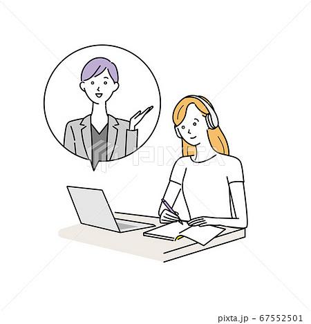 パソコンでオンライン授業を受ける女性 67552501