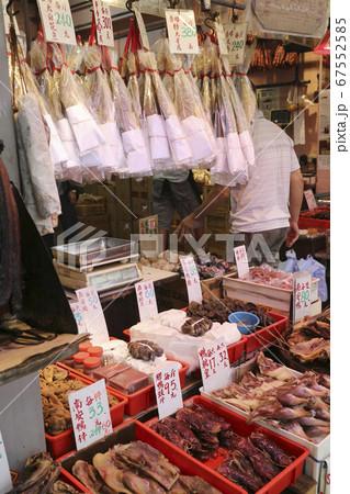 香港・徳輔道西で売られる塩干し魚(ハムユイ、上)。下は腸詰などの加工品 67552585