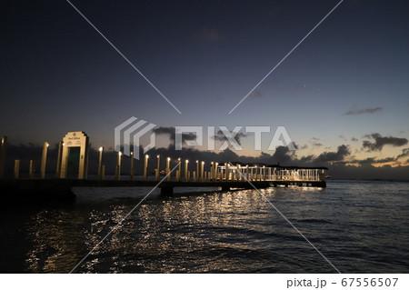 夜にゆったりと過ごすhawaiiの浜辺 67556507