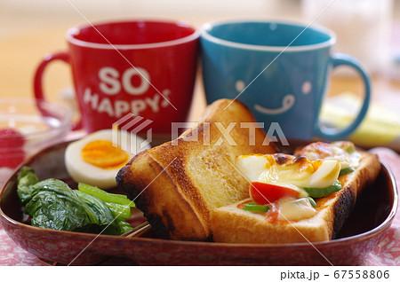 マグカップで飲み物とトーストの朝食 67558806