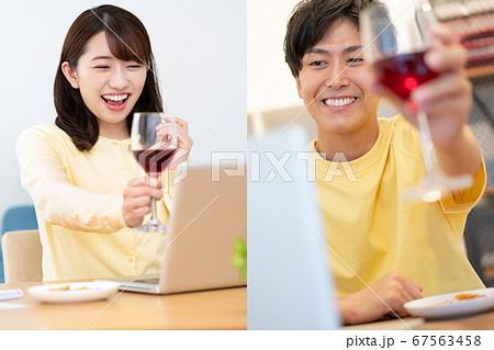 オンライン飲み会をしているカップル 67563458