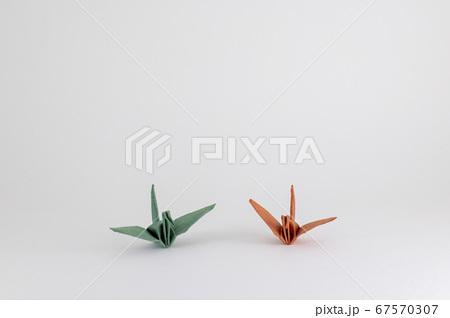 2匹の折り紙の鶴(明るい夫婦イメージ) 67570307