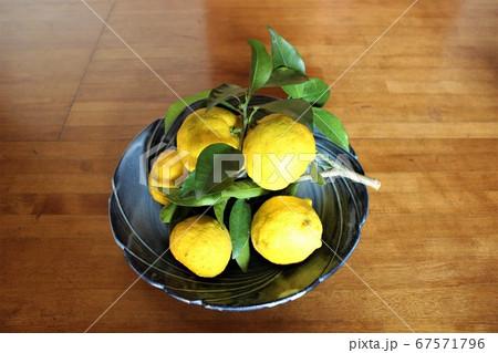 葉っぱがついた採れたての柚子の山 67571796
