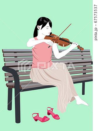 公園のベンチで一人バイオリンを弾く女性 67573537