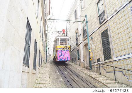 ポルトガルの落書きされたケーブルカー 67577428