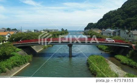 河津・川にかかる赤い橋の向こうは海 67578353