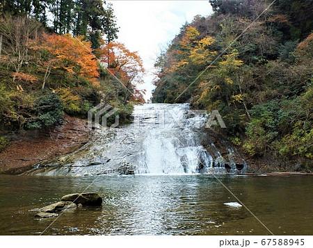 千葉県養老渓谷の秋の紅葉と出生観音に続く赤い観音橋の風景 67588945
