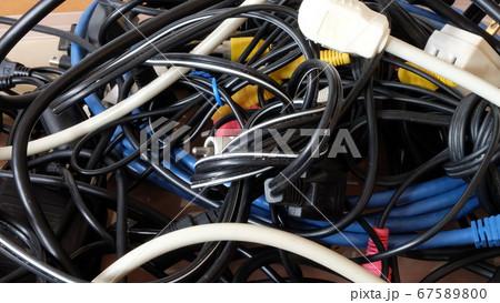 からまったケーブル類を整理する 67589800