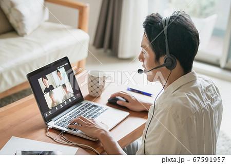 家でリモートワーク・在宅勤務をする日本人男性イメージ  67591957