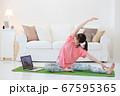 自宅でトレーニングをする若い女性 オンラインフィットネス 67595365