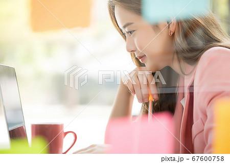 若い 若い 女性 会社員 ビジネス オフィス 覗く 仕事 人物 素材 67600758