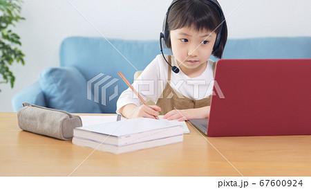 オンライン授業を受ける女の子 通信教育 67600924