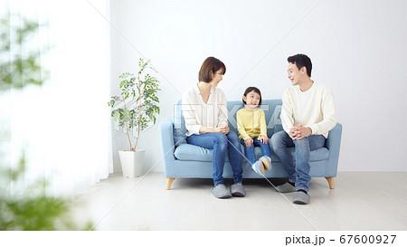 家族団らん 女の子と両親 67600927