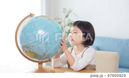 地球儀を見る女の子 67600929