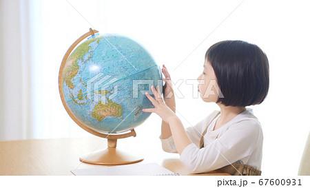 地球儀を見る女の子 67600931