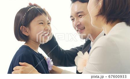 スーツを着た女の子と両親 入学式 卒園式 67600933