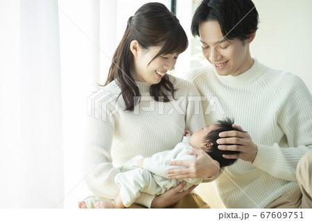 ファミリー 家族 赤ちゃん 育児 散歩 67609751