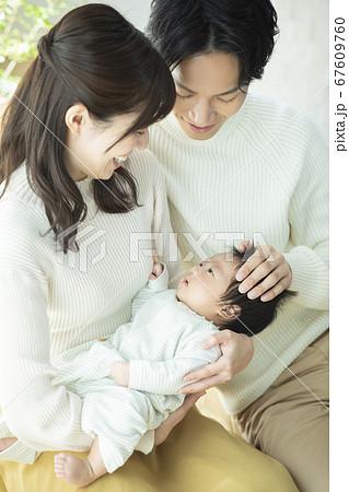 ファミリー 家族 赤ちゃん 育児 散歩 67609760