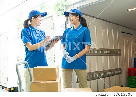 運送業で働くセールスドライバーの女性 67615506