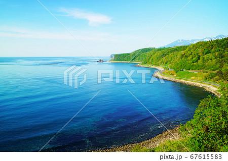 オシンコシンノ滝付近から見たオホーツク海と海岸線 67615583