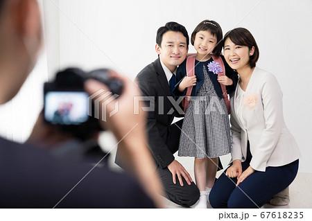 記念撮影をする家族 入学式 卒園式 67618235