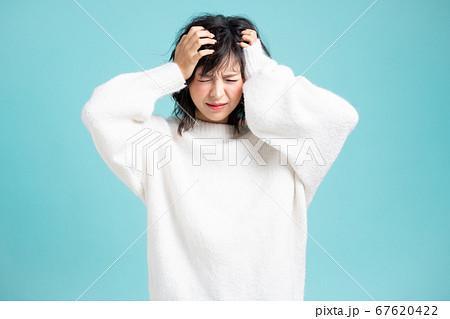 若い可愛い女性が表情とポーズで悩みとストレスを表現 67620422