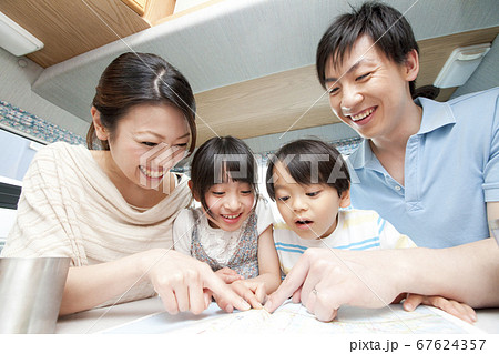 旅行の計画を立てる家族 67624357
