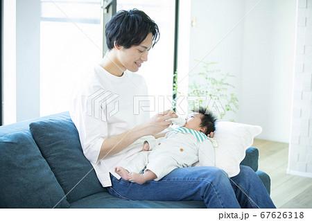 ファミリー 家族 赤ちゃん 育児 散歩 67626318
