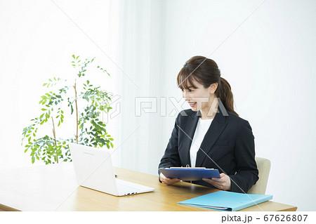 ビジネスウーマン コンテンツ制作 67626807