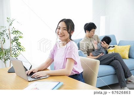 ビジネス 仕事 女性 テレワーク ノートパソコン 在宅勤務 67626863