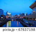 夕暮れの大阪ミナミ 道頓堀川にかかる深里橋と湊町リバープレイス 67637198