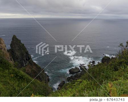 崖の上から見下ろす日本海 横構図 67643743