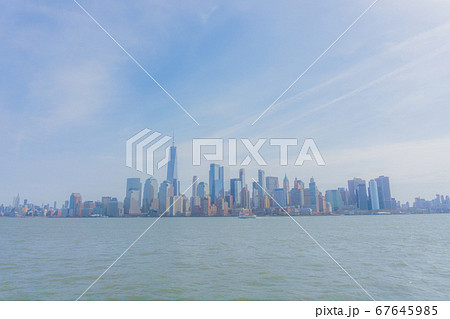 海から見る印象的なマンハッタンの風景 67645985