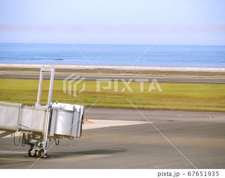 到着機を待つ大分空港のボーディング・ブリッジ 67651935