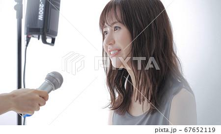 インタビューを受ける女性 67652119