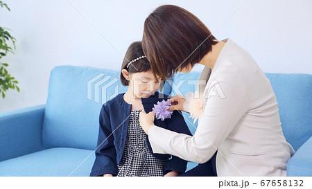 スーツを着た女の子と母親 入学式 卒園式 67658132