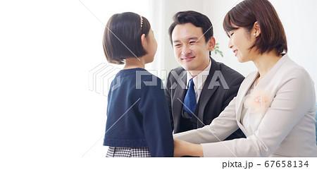 スーツを着た女の子と両親 入学式 卒園式 67658134