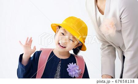 母親と女の子 入学式 67658138