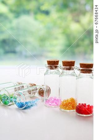 かわいい小瓶に入ったカラフルなビーズ 67668434