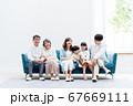 三世代家族、リビング、マイホーム、ソファ 67669111