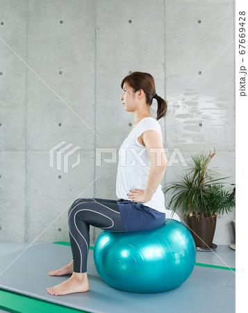 バランスボールでセルフトレーニングをする日本人女性 67669428